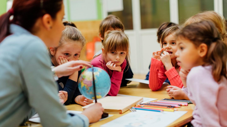 कक्षा में अनुकूलन किस तरह शिक्षक का कल्याण कर सकता है