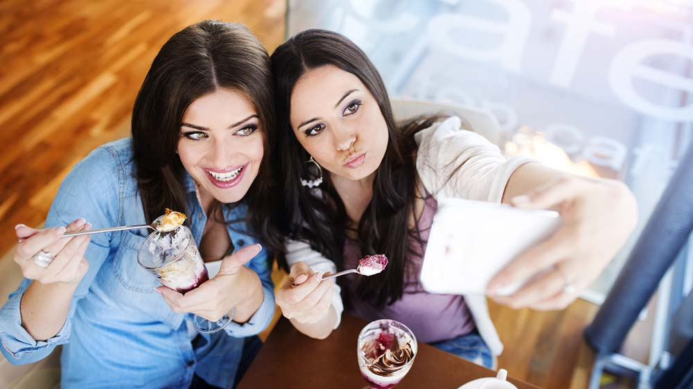 How-clicking-a-selfie-is-becoming-a-new-trend-in-restaurants