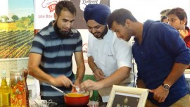 Delhi Daredevils team shows cooking skills at Fresc Co, Ambience Mall